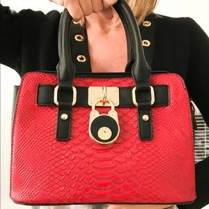 Handbags - 🔥HOST PICK🔥Striking Red Vegan Leather Purse